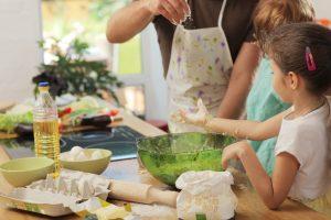 料理の手伝いをする子ども達